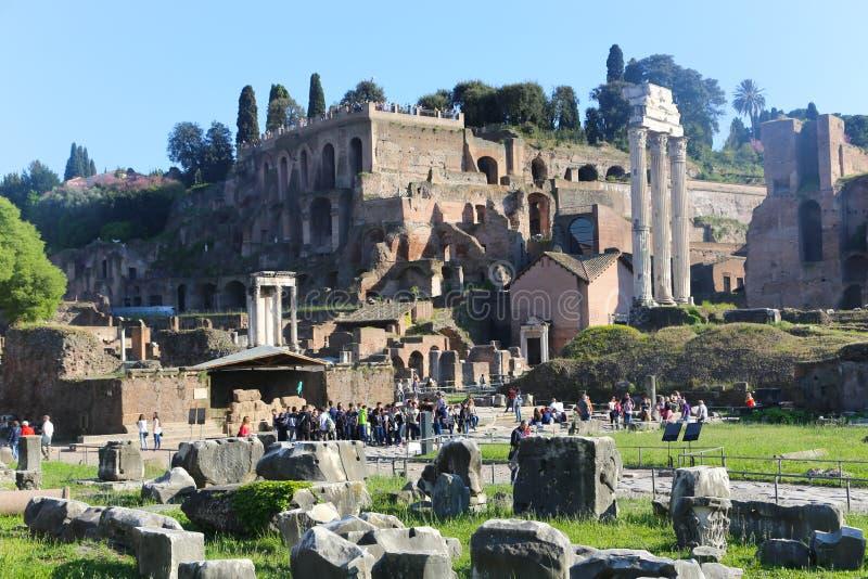 Paseo de la gente y de los turistas en Roma vieja imagen de archivo