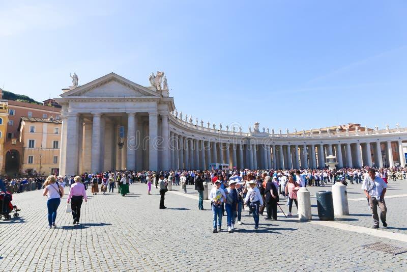 Paseo de la gente y de los turistas en Roma vieja imagenes de archivo
