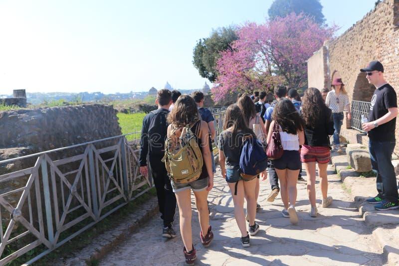 Paseo de la gente y de los turistas en Roma vieja fotos de archivo