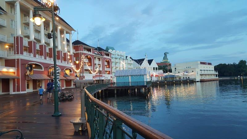Paseo de la mañana en paseo marítimo del ` s de Disney fotos de archivo libres de regalías