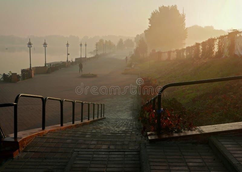 Paseo de la mañana a lo largo de la 'promenade' fotos de archivo libres de regalías