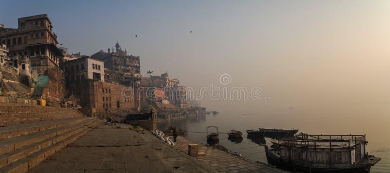 Paseo de la madrugada en los ghats del ganga en Varanasi, Uttar Pradesh, la India fotografía de archivo libre de regalías