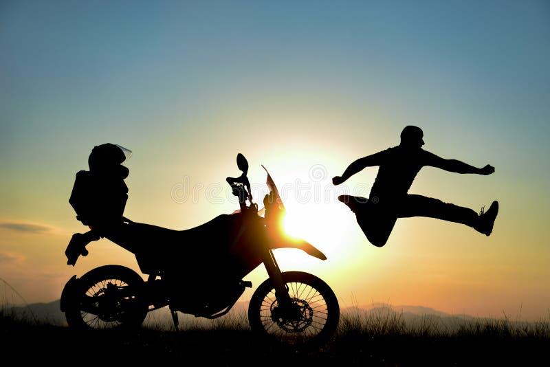 Paseo de la motocicleta, salida del sol espectacular y libertad foto de archivo