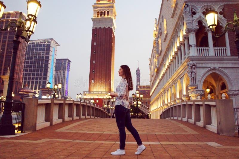 Paseo de la muchacha en el parque del centro turístico del casino de Macao imagenes de archivo