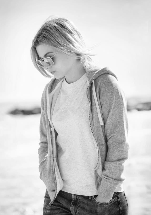 Paseo de la muchacha en la playa imagenes de archivo