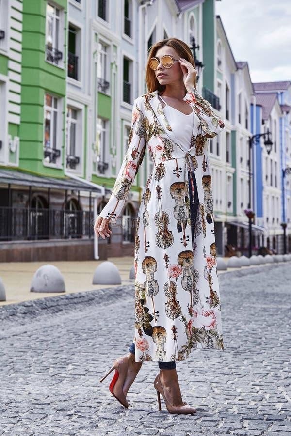 Paseo de la mujer en el alto elegante casual de la moda del estilo de la ciudad de la calle imagen de archivo