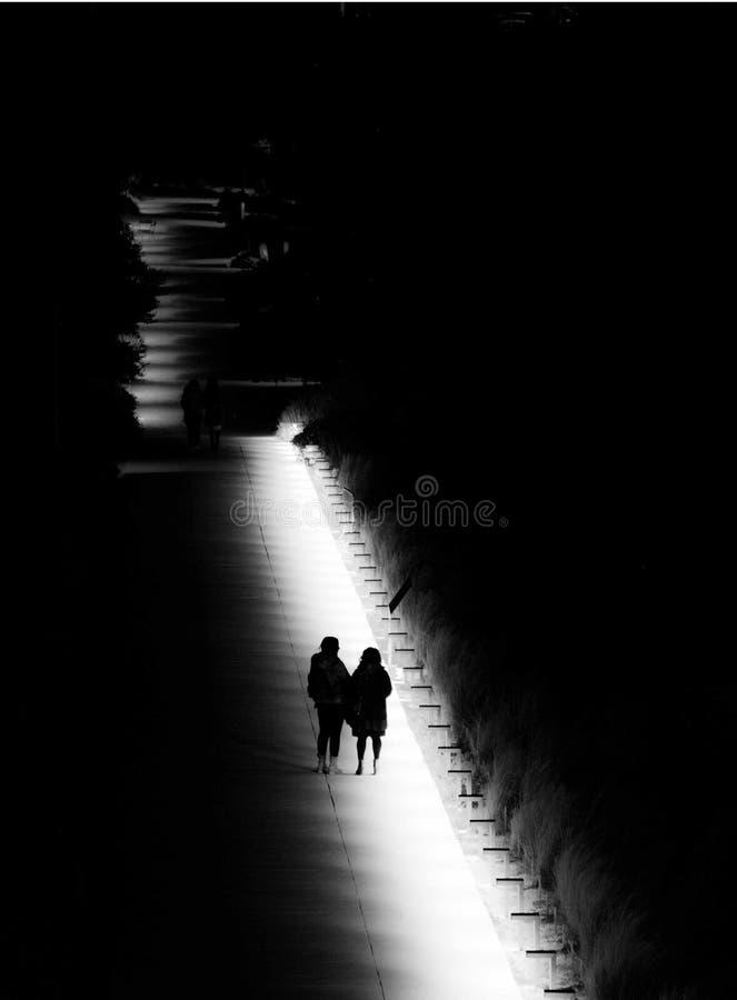 Paseo de la noche en el parque foto de archivo