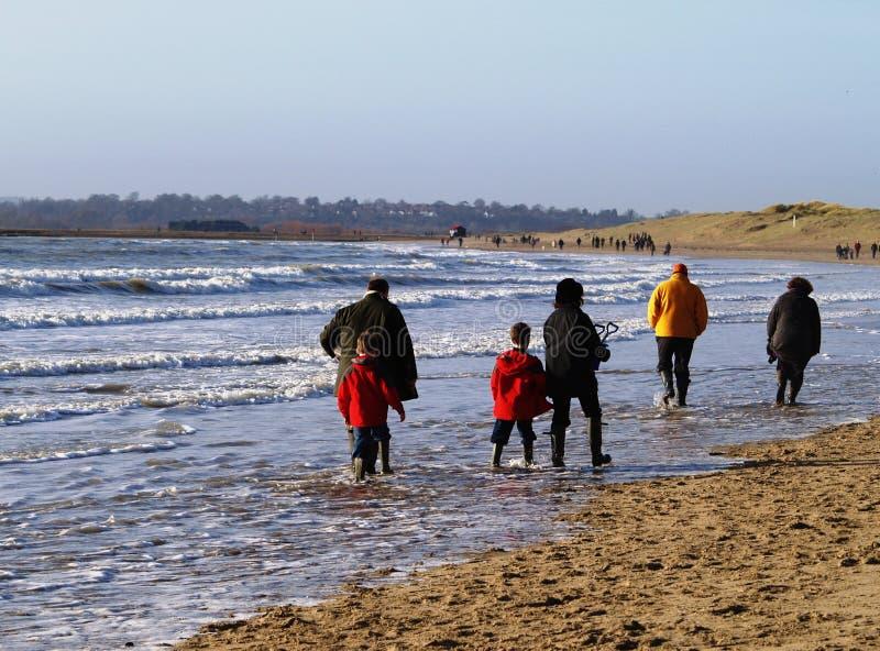 Paseo de la playa de la familia imágenes de archivo libres de regalías