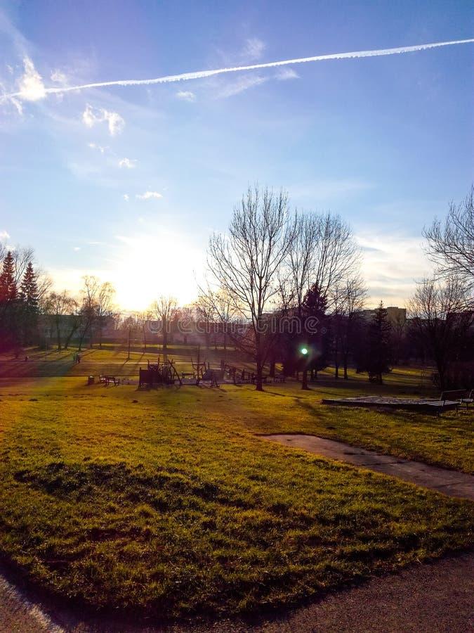 Paseo de la primavera en la ciudad natal imagenes de archivo