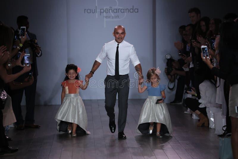 Paseo de los modelos de Raul Penaranda y del niño que la pista durante Raul Penaranda Runway muestra imagen de archivo