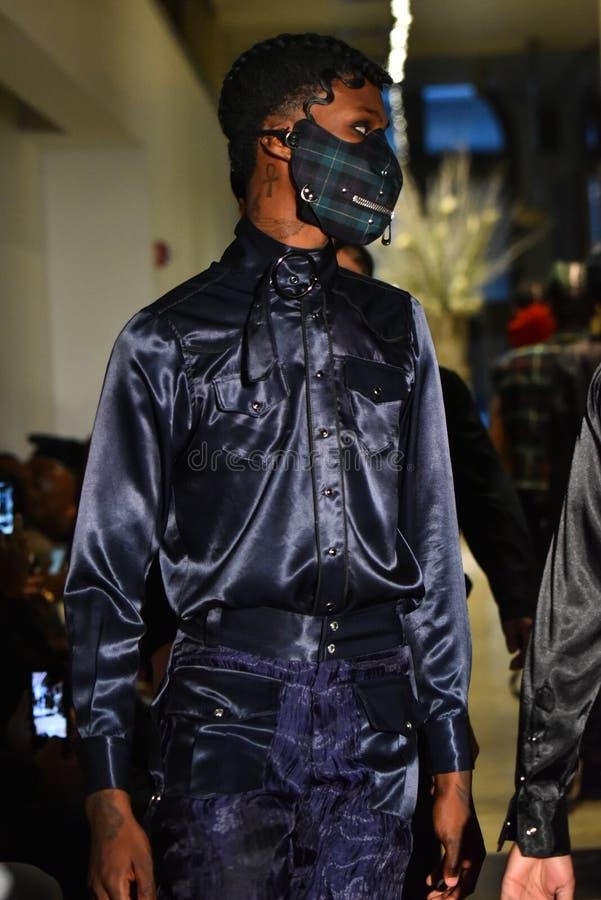 Paseo de los modelos el final de la pista en la colección de Ryan Charlie Menswear Fall 2017 imagen de archivo