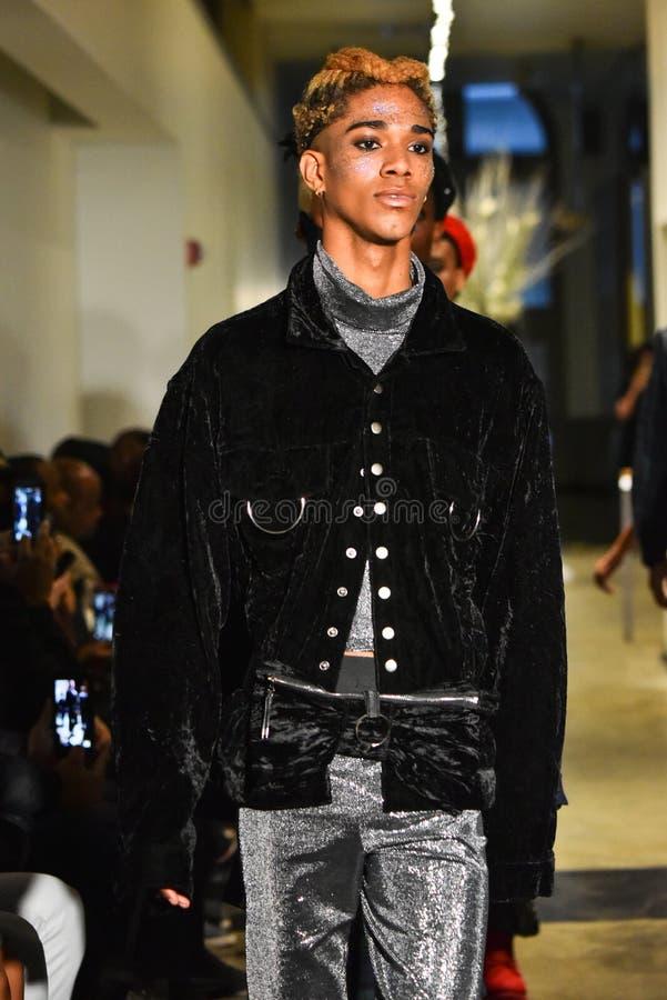 Paseo de los modelos el final de la pista en la colección de Ryan Charlie Menswear Fall 2017 fotografía de archivo