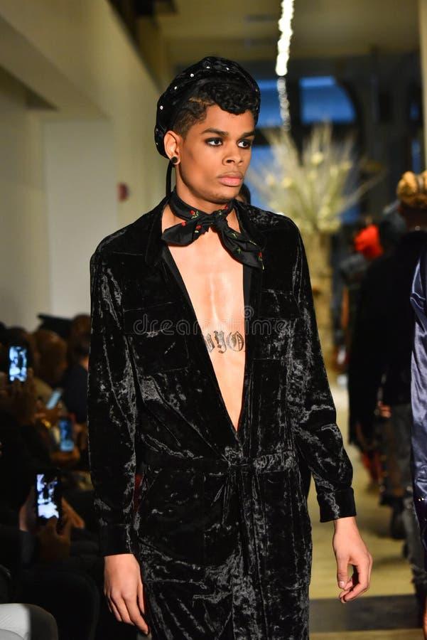 Paseo de los modelos el final de la pista en la colección de Ryan Charlie Menswear Fall 2017 foto de archivo libre de regalías