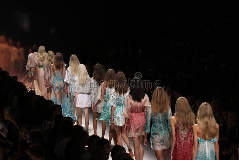Paseo de los modelos la pista durante la demostración de Blumarine como parte de Milan Fashion Week fotografía de archivo libre de regalías