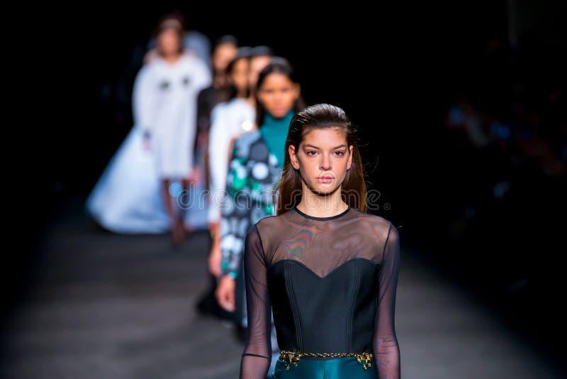 Paseo de los modelos la pista para la colección del TCN en la semana de la moda de 080 Barcelona fotos de archivo