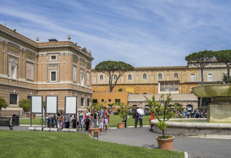Paseo de los turistas en museo famoso del Vaticano del lugar Cristiano imágenes de archivo libres de regalías