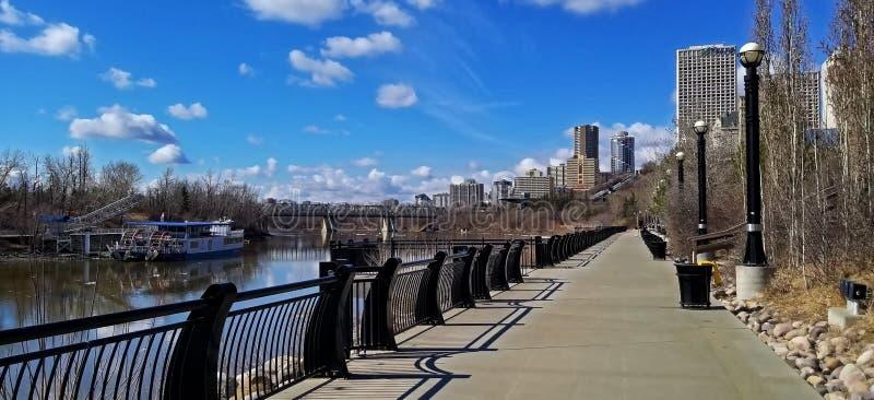 Paseo de River Valley - Louise McKinney Riverfront Park, Edmonton imagen de archivo libre de regalías