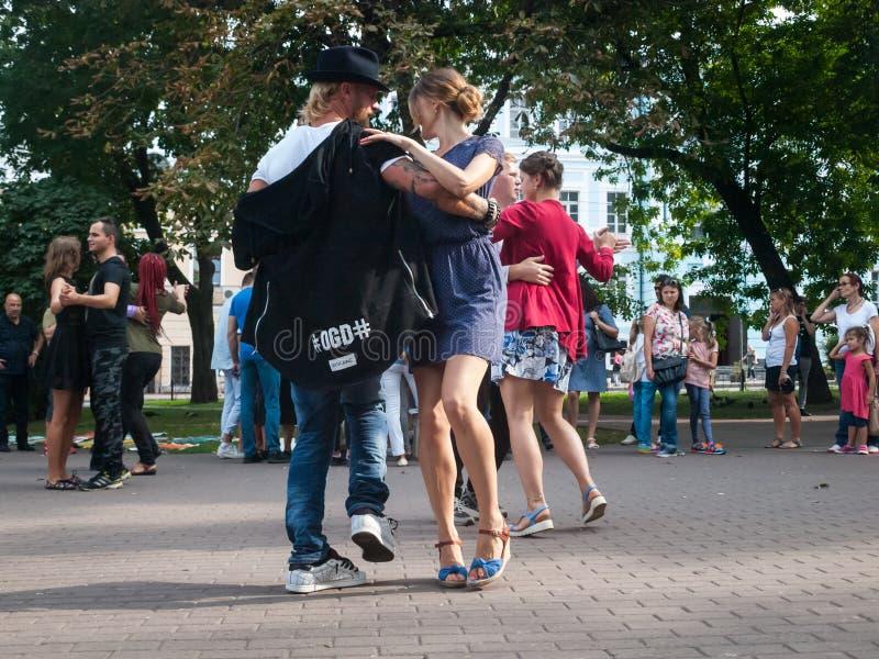 paseo de vals en centro de ciudad: imágenes de archivo libres de regalías