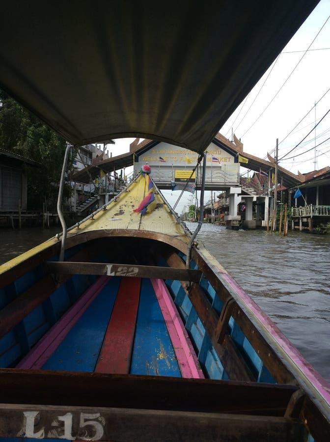 Paseo del barco a través de un mercado flotante en Tailandia imagen de archivo libre de regalías