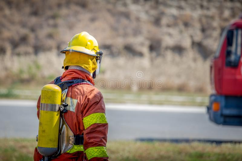 Paseo del bombero al coche de bomberos foto de archivo