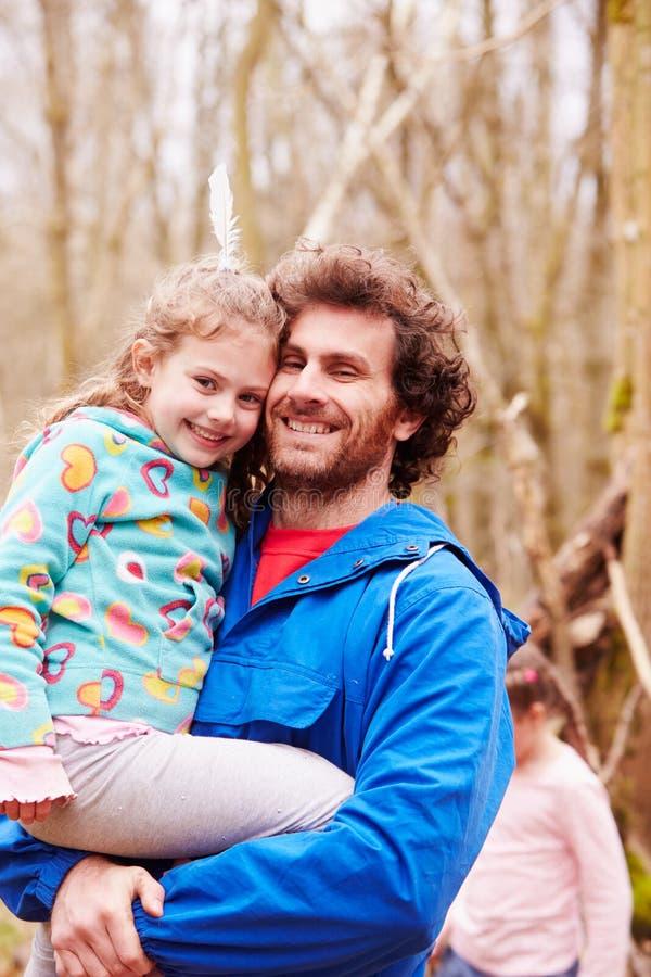 Paseo del campo de Carrying Daughter On del padre imagenes de archivo