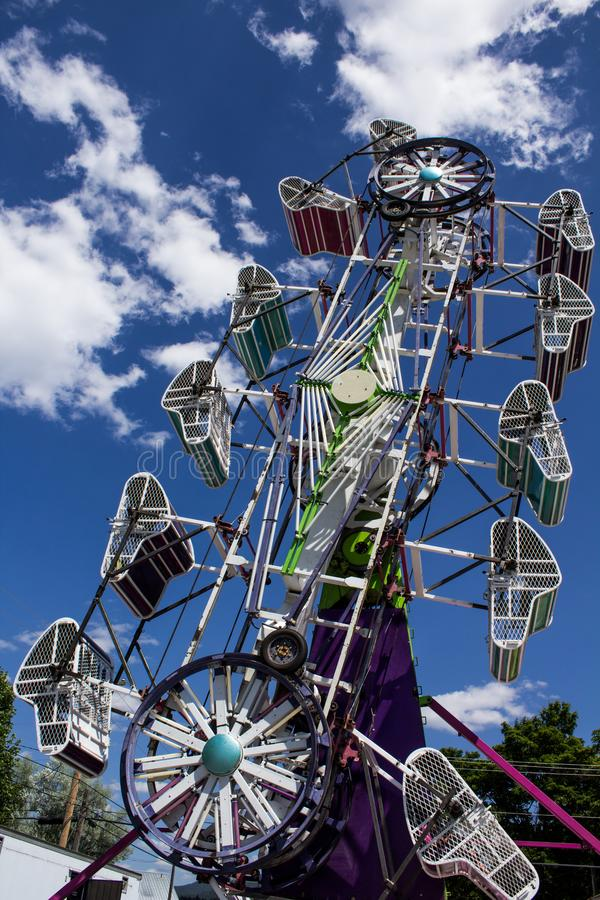 Paseo del carnaval en la feria foto de archivo