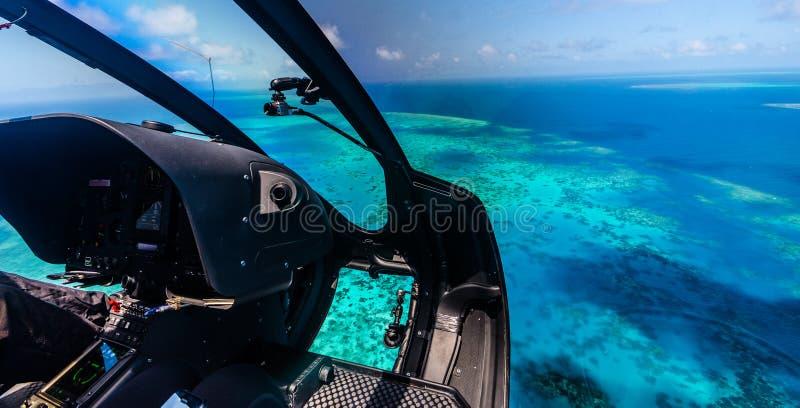 Paseo del helicóptero sobre la gran barrera de coral en Australia imagenes de archivo