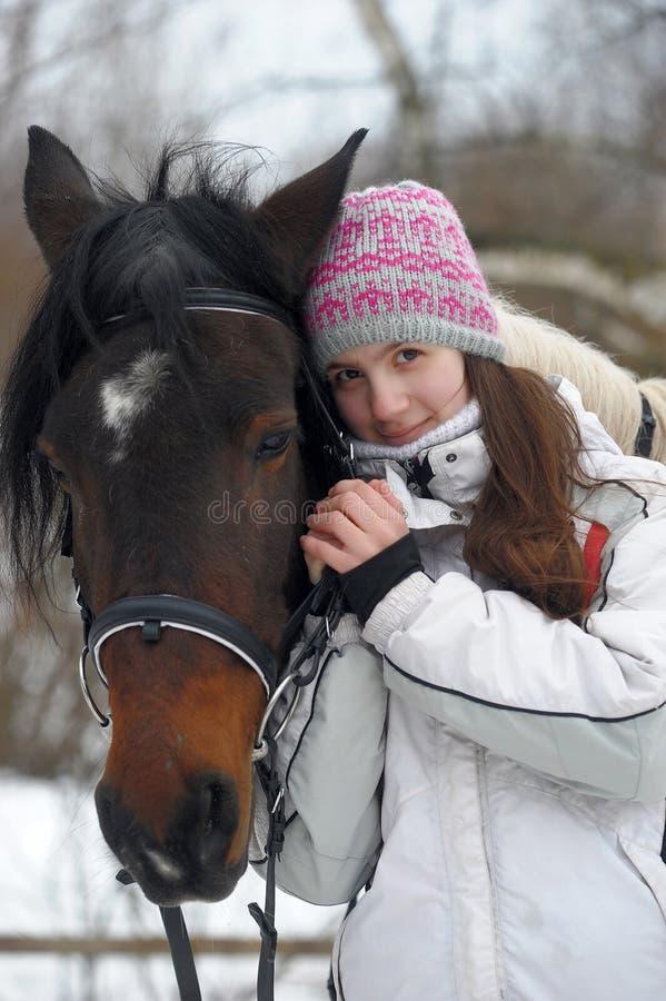 Paseo del invierno con el caballo fotos de archivo