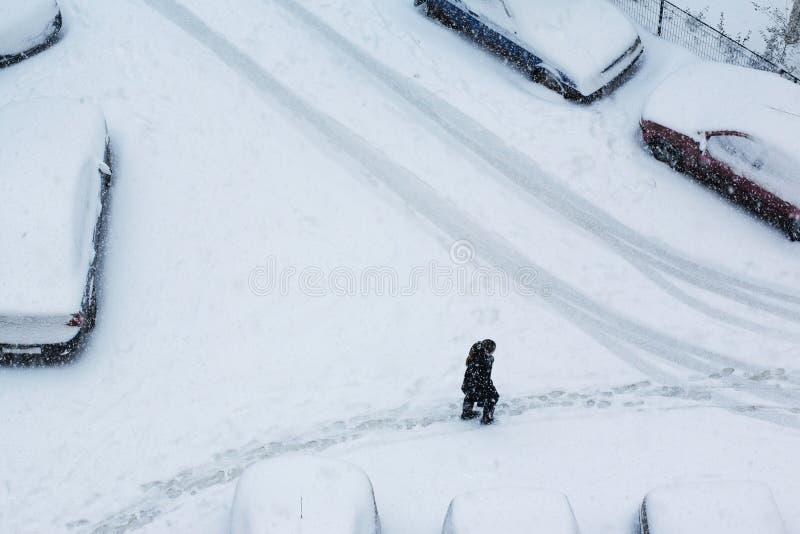 Paseo del invierno en la ciudad imagenes de archivo