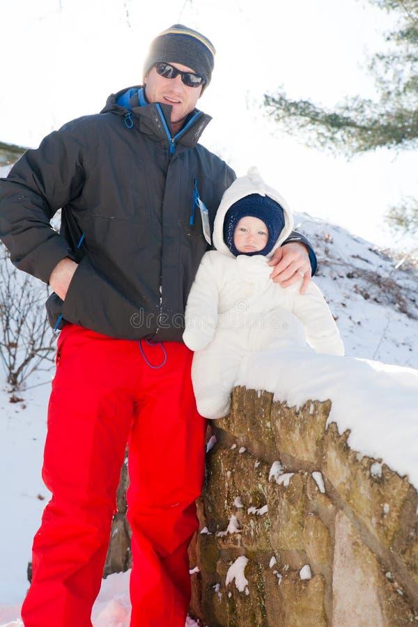 Paseo del invierno en la nieve con el papá fotos de archivo