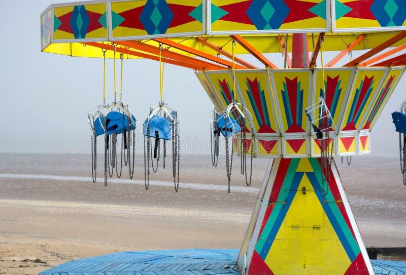 Paseo del oscilaci?n en la playa foto de archivo