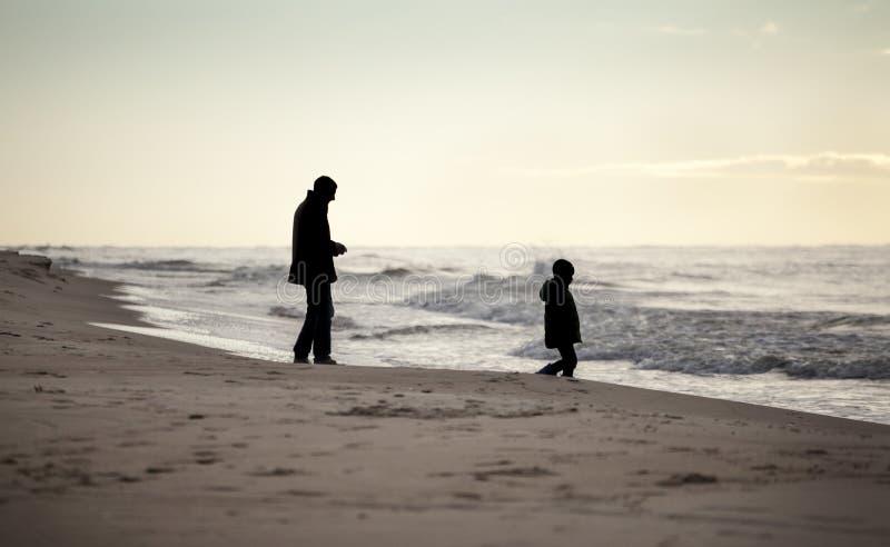 Paseo del otoño en una playa foto de archivo libre de regalías
