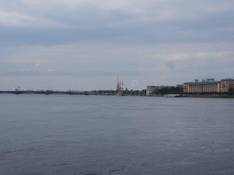 Paseo del río a lo largo del río de Neva en St Petersburg en barco fotos de archivo libres de regalías