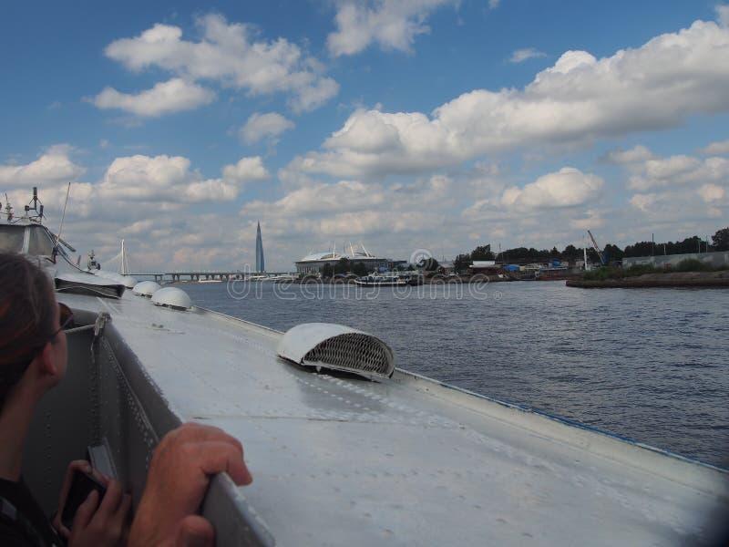 Paseo del río a lo largo del río de Neva en St Petersburg en barco imagen de archivo