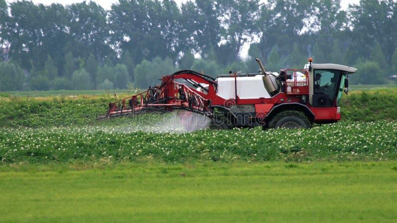 Paseo del rociador del tractor agrícola en un campo fotos de archivo