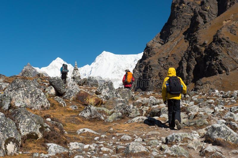 Paseo del Trekker en manera del lazo al paso de Renjora con el PE de la montaña de everest foto de archivo