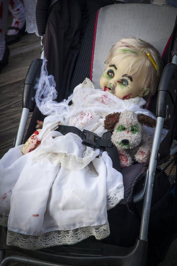 Paseo 2013 del zombi del parque de Asbury - muñeca asustadiza del zombi fotos de archivo