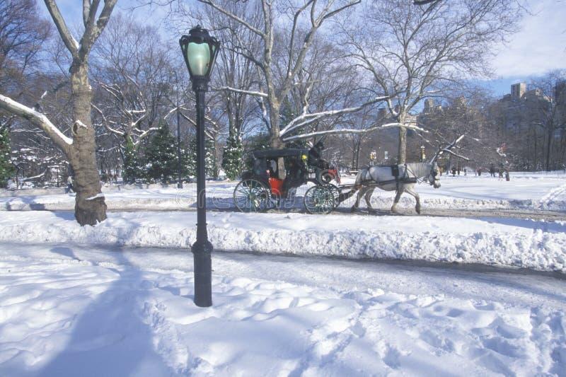 Paseo en Central Park, Manhattan, New York City, NY del carro del caballo después de la nevada del invierno imagen de archivo