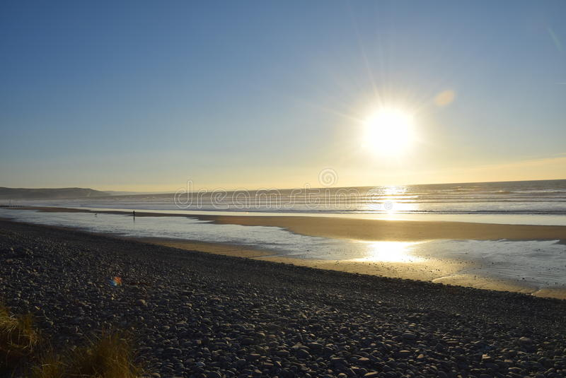 Paseo en la playa soleada imagen de archivo