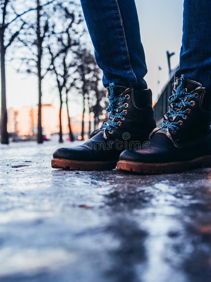 Paseo en las nuevas botas en el parque del invierno fotos de archivo