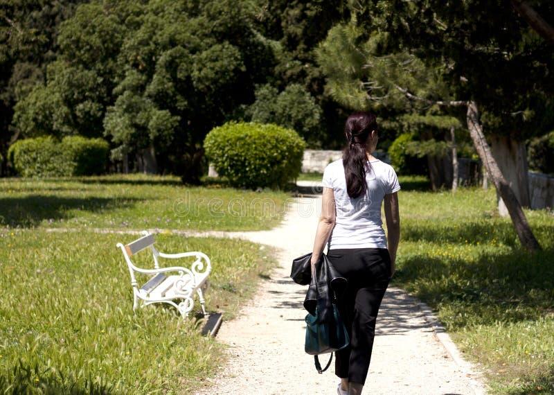 Paseo en un parque Visi?n trasera imagen de archivo libre de regalías