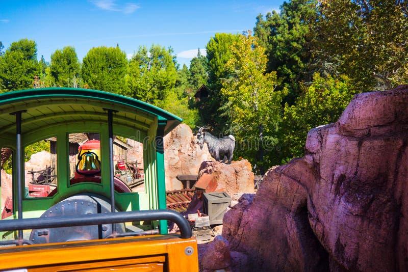 Paseo grande del tren de ferrocarril de la montaña del trueno de Disneyland imagenes de archivo