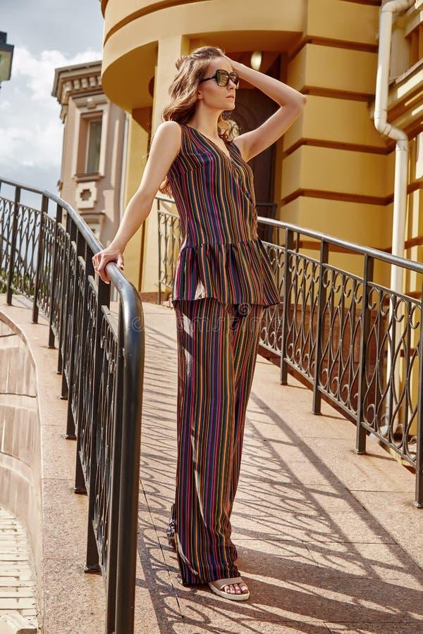 Paseo hermoso atractivo de la mujer en la moda del edificio de la calle de la ciudad fotos de archivo libres de regalías