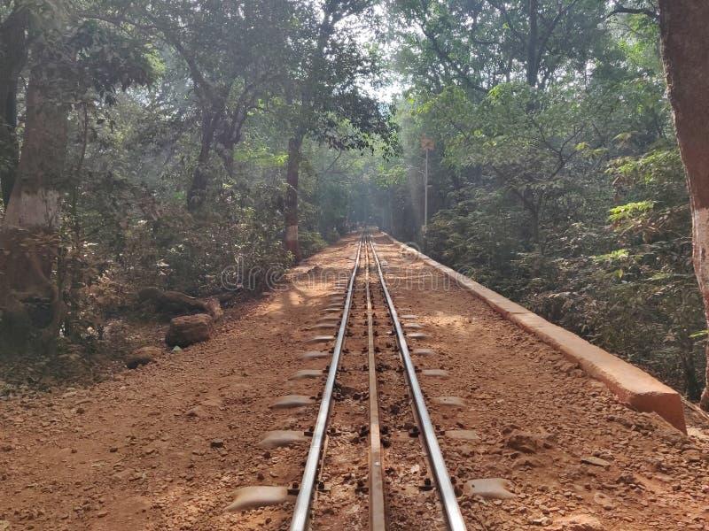 Paseo hermoso de la vía del tren del infinito en solamente solo alrededor de la soledad de la India del maharashtra de Matheran d fotos de archivo