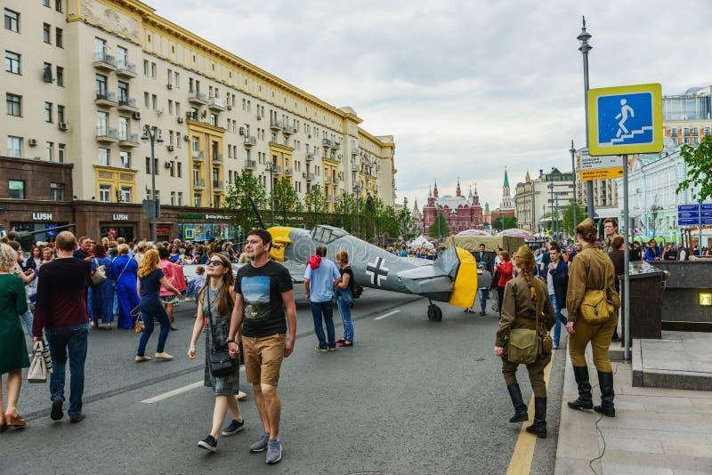 Paseo internacional del festival a lo largo de la calle de Tverskaya imagenes de archivo