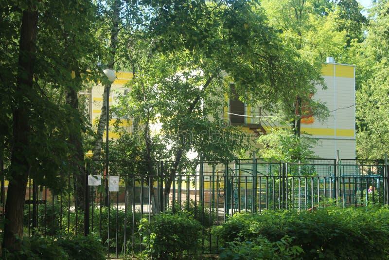 Paseo a Korolev Calle de Kooperativnaja kindergarten imagen de archivo libre de regalías