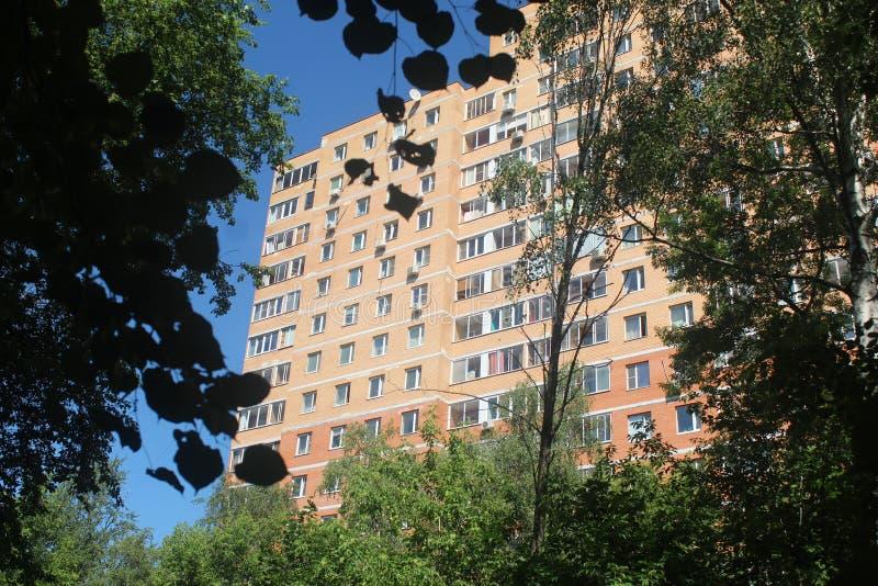 Paseo a Korolev Parque del hospital y hogar de la calle de Makarenko fotografía de archivo