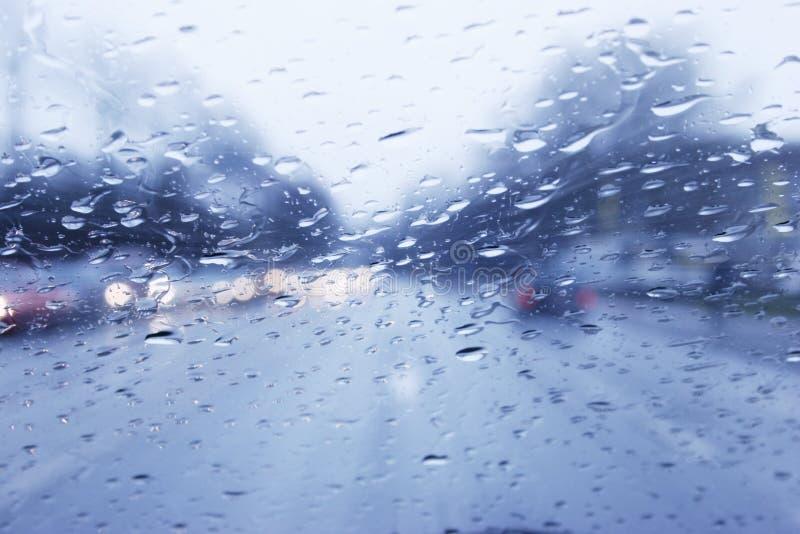 Paseo lluvioso del coche fotografía de archivo libre de regalías