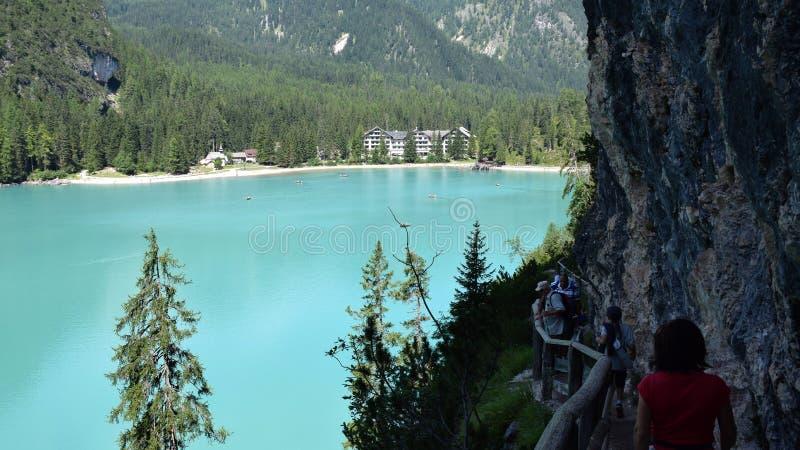 Paseo a lo largo del lago alpino foto de archivo