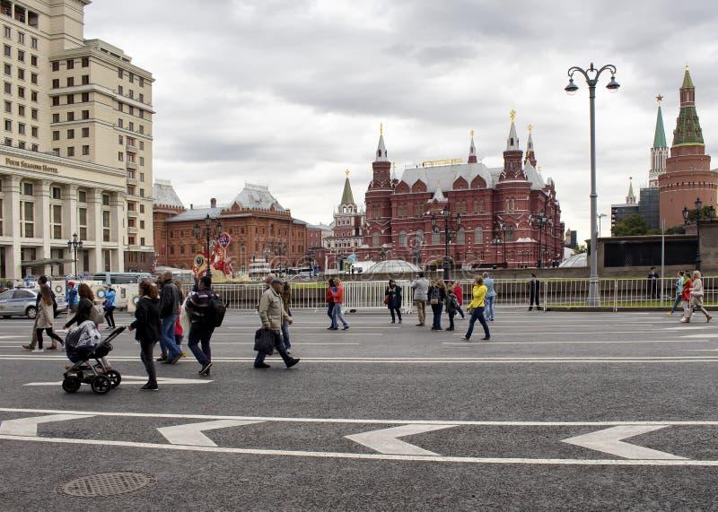 Paseo local de la gente en centro de ciudad foto de archivo